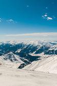 在明亮的冬日雪山山脉 — 图库照片