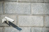 Security camera attached to the wall — Foto de Stock