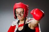 Śmieszne bokser z czerwone rękawice ciemnym tle — Zdjęcie stockowe