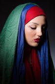 头巾的年轻女子的画像 — 图库照片