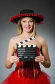 Mujer mexicana divertida con sombrero y película tablilla — Foto de Stock