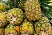 Lots of pineapples on supermarket stall — Stock Photo