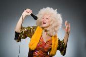 Jovem mulher com mic em conceito de música — Fotografia Stock