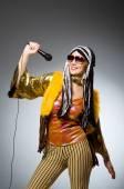 Concetto musicale con donna e mic — Foto Stock