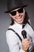 Funny singer with microphone at the concert — Stockfoto