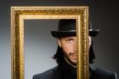 Muž do cylindr klobouk a rám obrazu — Stock fotografie