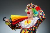 Zabawny clown z kolorowym parasolem — Zdjęcie stockowe