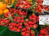 Strawberries in boxes as healthy food on sale — Stok fotoğraf