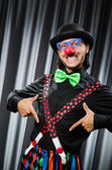 Grappige clown van humoristische concept tegen gordijn — Stockfoto