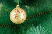 Kerstdecoratie op de boom spar — Stockfoto