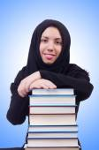 Jovem estudante feminino muçulmano com livros — Fotografia Stock
