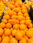 Citrus fruit on the supermarket stall — Stock Photo