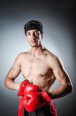 Guantes de boxeador muscular wiith rojo — Foto de Stock