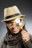 Забавный детектив с курением трубы и лупы — Стоковое фото