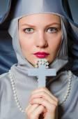 Junge nonne in religiöse konzept — Stockfoto