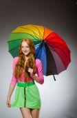 Donna che tiene ombrello colorato in studio — Foto Stock