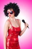 Estrela pop com mic em vestido vermelho no branco — Foto Stock