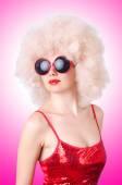 Mulher bonita em peruca afro — Foto Stock