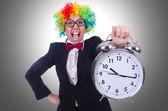 Legrační klaun s hodinami na bílém pozadí — Stock fotografie