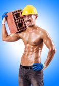 Constructor muscular con ladrillos — Foto de Stock