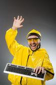 Muž nosí žluté barvy — Stock fotografie