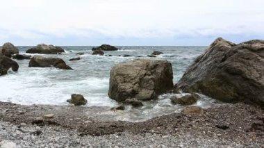 Sea waves break about stones — Stock Video