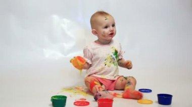 Little girl painting — Stock Video