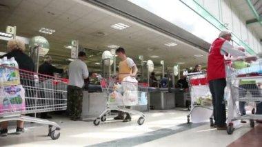 买家选择的食物在一家超市 — 图库视频影像