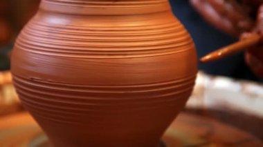 Raising vase on pottery wheel — Stock Video