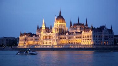 Budapest Parliament at night — Stock Video