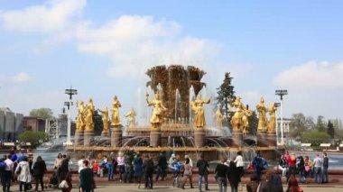 Гуляющих возле фонтана дружбы народов — Стоковое видео
