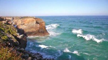 Sea waves rolling on rocks — Stock video