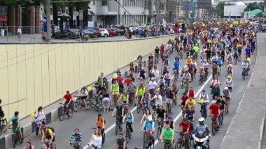 Cyklisté na moskevském cyklu průvod — Stock video