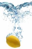 Lemon dropped into water — Stock Photo