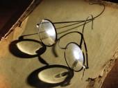 Vintage glasses on old paper — ストック写真