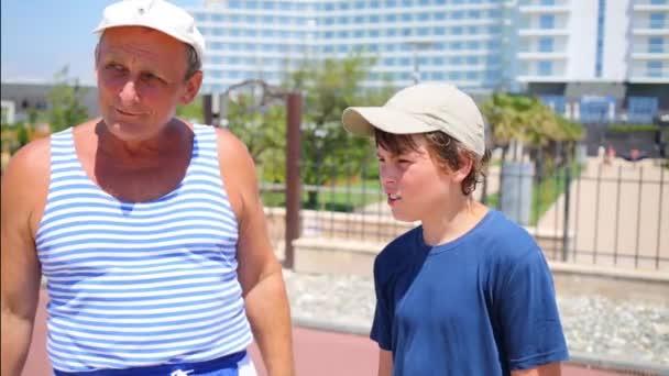 мужчина с мальчиком видео