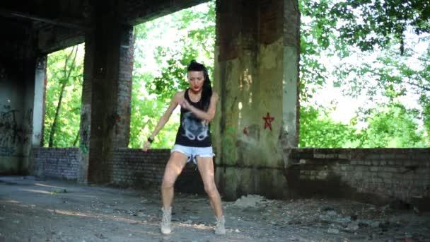 Девушка с большими танцует фото 219-500