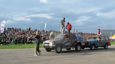 Stuntmen show stunt on cars — Stock Video