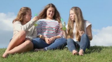 Three young girls drink — Stock Video