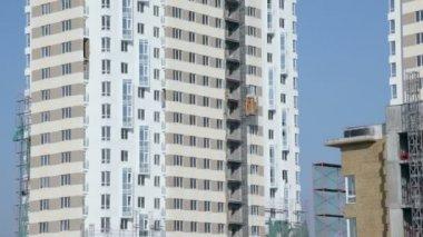 在建筑工地上的房子的墙移动升降机 — 图库视频影像
