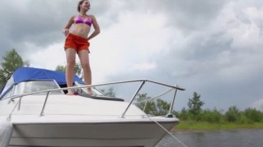 Woman dances on boats bow — Stock Video