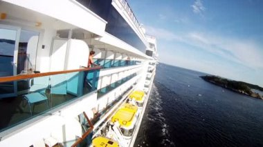 Passengers stand on balconies of liner — Stock Video