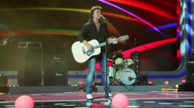 Chris Norman sings on concert — Stock Video