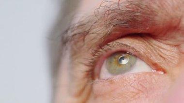 Olho de homem sênior intermitências — Vídeo stock