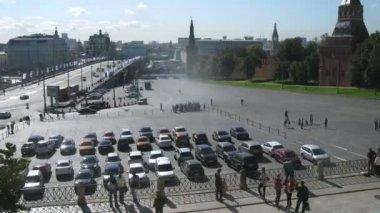 Cars stand near Big Moskvoretsky Bridge — Video Stock