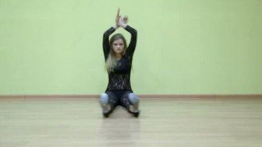 Beautiful girl does splits — Stock Video