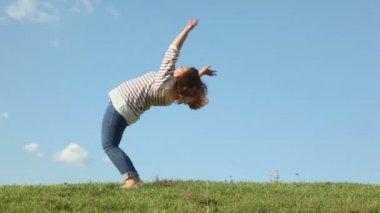 Girl bents backward — Stock Video