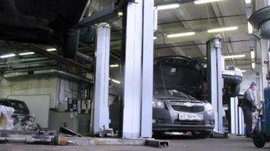 Mechanics repair car in car-care center. — Stock Video