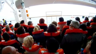 Crowd of people go on liner deck — Stock Video