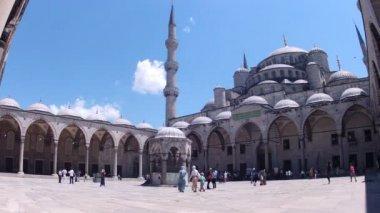 People in courtyard of Sultan Ahmet Mosque — Stock Video